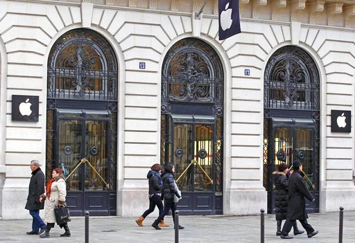 (AP Photo/Remy de la Mauviniere, File). FILE - In this Jan. 1, 2013 file photo, Parisians and tourists wander in front of an Apple store in Paris. A French prosecutor office said Tuesday Jan.9, 2018 an investigation into Apple over alleged planned obso...