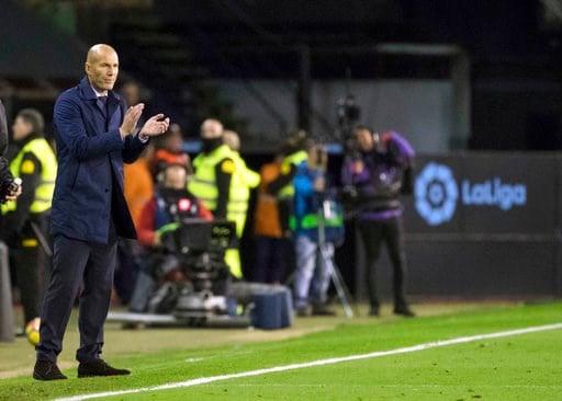 (AP Foto/Lalo R. Villar). El técnico de Real Madrid Zinedine Zidane gesticula durante un partido de La Liga contra el Celta de Vigo el domingo, 7 de enero del 2018.