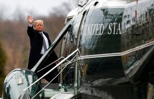 (AP Foto/Carolyn Kaster). El presidente Donald Trump se despide agitando la mano mientras aborda un helicóptero en el hospital militar de Bethesda, Maryland, el viernes 12 de enero de 2018.