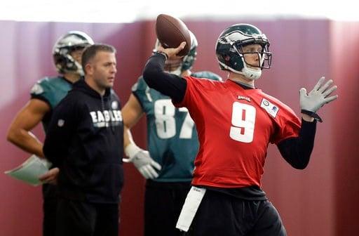 (AP Foto/Eric Gay). El quarterback Nick Foles (9) de los Eagles de Filadelfia durante una práctica con miras al Super Bowl, el jueves 1 de febrero de 2018.