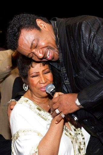 (AP Photo/Charles Sykes_File). FILE- In a March 25, 2011 file photo, Aretha Franklin sings with Dennis Edwards of The Temptations at her 69th birthday party, in New York.  Edwards, former member of the famed Motown group The Temptations, has died. He w...