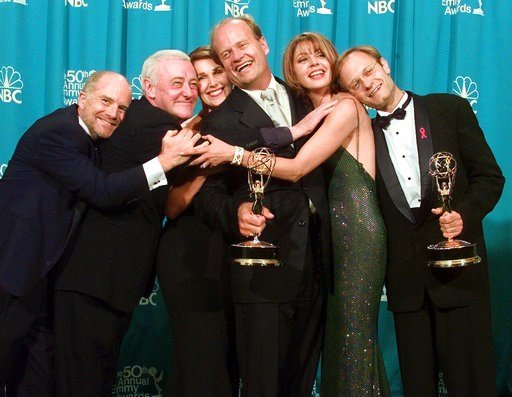 """(AP Photo/Reed Saxon, File). FILE - In this Sept. 13, 1998 file photo, cast members of """"Frasier,"""" from left, Dan Butler, John Mahoney, Peri Gilpin, Kelsey Grammer, Jane Leeves and David Hyde Pierce, winners of the Emmy for Outstanding Comedy Series, po..."""