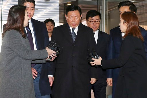 (Ha Sa-hunYonhap via AP). Lotte Chairman Shin Dong-bin, center, who was charged with bribery, arrives at the Seoul Central District Court in Seoul, South Korea, Tuesday, Feb. 13, 2018. A South Korean court is set to deliver a verdict Tuesday in the cas...