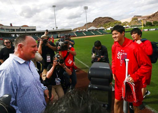 (AP Photo/Ben Margot). Los Angeles Angels' Shohei Ohtani, second from right holding bat, speaks with coach Mike Scioscia during a spring training baseball practice on Tuesday, Feb. 13, 2018, in Tempe, Ariz.