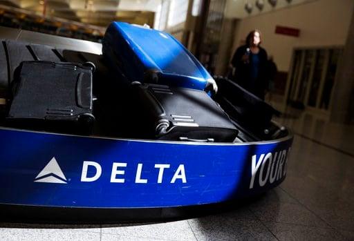 (AP Foto/David Goldman, Archivo). ARCHIVO - Esta foto de archivo del 30 de enero del 2017 muestra maletas en el área de desembarque de Delta Air Lines en el Aeropuerto Internacional de Atlanta Hartsfield-Jackson en Atlanta, Georgia.