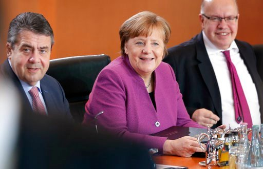 (AP Photo/Michael Sohn). From left, German Foreign Minister Sigmar Gabriel, German Chancellor Angela Merkel and Peter Altmaier, Head of the Federal Chancellery and Federal Minister for Special Tasks, smile at the beginning of the weekly cabinet meeting...