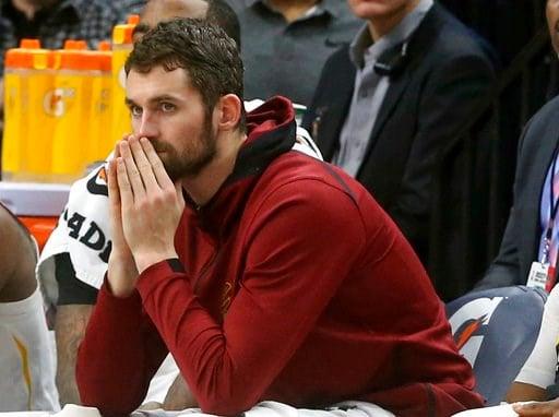 (AP Foto/Jim Mone, archivo). ARCHIVO - En esta foto del 8 de enero de 2018, el jugador de los Cavaliers, Kevin Love, aparece sentado en la banca durante un partido contra los Timberwolves de Minnesota en Minneapolis.