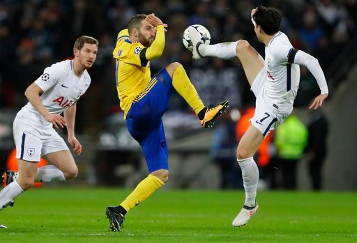 (AP Photo/Kirsty Wigglesworth). Tottenham's Son Heung-min, right, and Juventus' Gonzalo Higuain reach for the ball during the Champions League, round of 16, second-leg soccer match between Juventus and Tottenham Hotspur, at the Wembley Stadium in Londo...