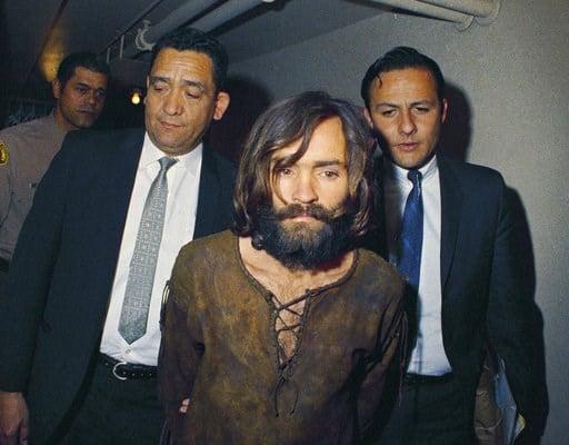 (AP Foto, archivo). ARCHIVO - En esta fotografía de archivo de 1969, Charles Manson es escoltado a la audiencia donde sería encausado por los cargos de asociación delictuosa y homicidio con relación al asesinato de la actriz Sharon Tate. Un nieto de Ma...