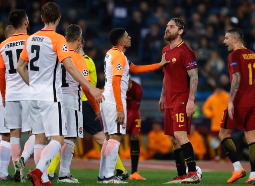 (AP Photo/Gregorio Borgia). Roma's Daniele de Rossi takes on Shakhtar players during a Champions League round of 16 second-leg soccer match between Roma and Shakhtar Donetsk, at the Rome Olympic stadium, Tuesday, March 13, 2018.