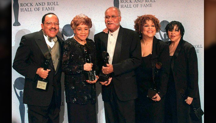 This March 1999 photo shows the sibling group The Staple Singers, from left, Pervis, Cleotha, Pops, Mavis, and Yvonne at the Rock and Roll Hall of Fame induction ceremony in New York. Yvonne Staples has died at age 80. (AP Photo/Albert Ferreira, file)