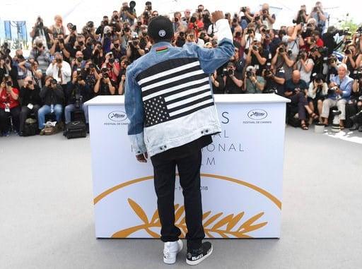 """(Foto por Arthur Mola/Invision/AP). El director Spike Lee posa para los fotógrafos con motivo del estreno de su película """"BlacKkKlansman"""" en el Festival de Cine de Cannes, en el sur de Francia, el martes 15 de mayo del 2018."""
