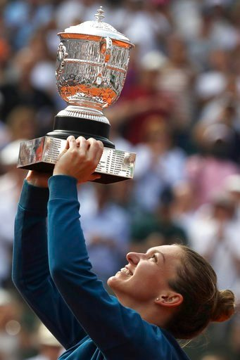 (AP Photo/Alessandra Tarantino). Romania's Simona Halep raises the trophy as she celebrates winning the final match of the French Open tennis tournament against Sloane Stephens of the U.S. in three sets 3-6, 6-4, 6-1, at the Roland Garros stadium in Pa...